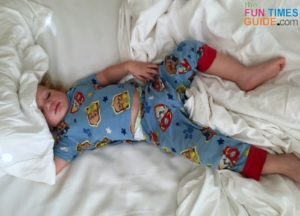 Long-sleeved 2-piece pajamas for 2-year-old toddlers.